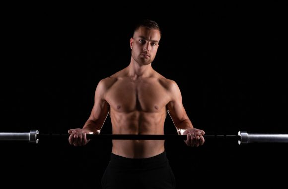 Man met fitness barbell